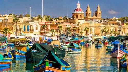 Những con thuyền gỗ màu sắc sặc sỡ mang tên luzzu chính là hình ảnh đặc trưng của vùng biển Malta