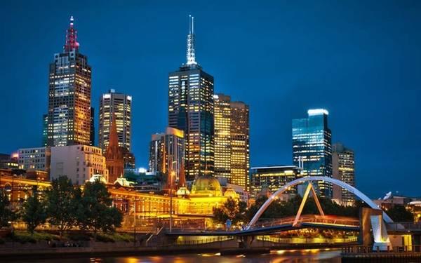 1. Melbourne, Australia Tiêu chí để EIU dựa vào đánh giá và xếp hạng các thành phố trên thế giới là: đạt tiêu chuẩn chất lượng cuộc sống, cơ sở hạ tầng tốt, y tế tốt và tỷ lệ giết người thấp. Đứng đầu danh sách năm nay là Melbourne - đại diện đến từ Australia.
