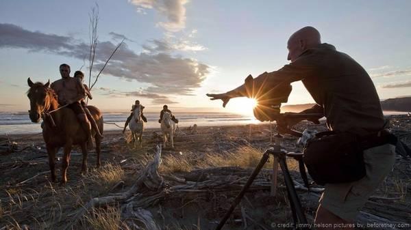 Jimmy Nelson đi vòng quanh thế giới và thực hiện dự án Before They Pass Away (Trước khi họ ra đi) để ghi lại hình ảnh của những thổ dân hiếm hoi còn tồn tại trên thế giới. Anh cho rằng ghi lại hình ảnh của họ là cách thể hiện sự tôn trọng tới các bộ tộc, từ đó có thể giúp bảo vệ những nền văn hóa đang dần bị quên lãng. Nhìn vào những bức ảnh của anh, ta có thể nhận thấy các bộ lạc hiện lên đẹp mạnh mẽ và đầy tự hào chứ không hề mang vẻ yếu đuối, man rợ như trong tưởng tượng của nhiều người.
