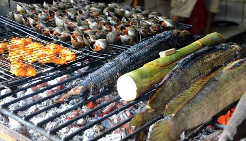Dân dã cá lóc nướng trui - Miền Tây nổi tiếng với các món nướng theo kiểu dân dã, đặc biệt là cá lóc nướng trui, nướng bùn hoặc nướng vỉ. Và chỉ có phù sa sông Mê Kông mới cho món cá vị ngọt bùi đặc trưng.