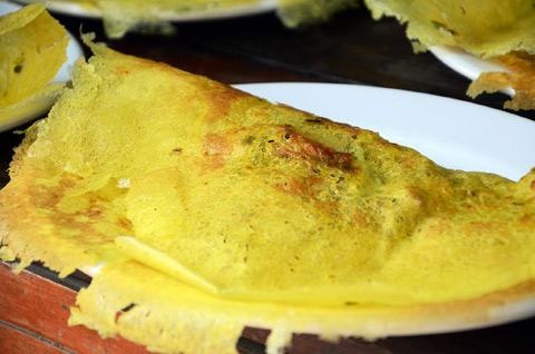 Đậm đà bánh xèo miền Tây - Bánh xèo miền Tây với vị thơm béo của nước dừa, bột nghệ, vị giòn rụm của bánh, ăn kèm rau xanh... làm say lòng lữ khách phương xa.