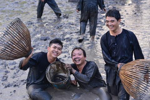 """Trải nghiệm xuống ruộng bắt cá - Đến miền Tây, bạn sẽ nhớ mãi những trải nghiệm độc đáo khi xắn tay áo, """"chân lấm, tay bùn"""" bắt cá như một người nông dân thực thụ."""