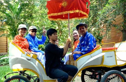Hóa thân điền chủ đất Phương Nam - Cùng cao sang với xe ngựa, lọng hoa và trải nghiệm phong thái ung dung, vui thú điền viên.