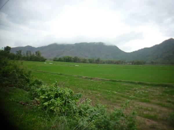 Núi cách trung tâm thị trấn Ba Chúc khoảng chừng 3km về phía Tây, đi trở ra hướng Tri Tôn, có những hàng trúc màu vàng trông rất đẹp mắt được trồng theo ven đường vào núi.
