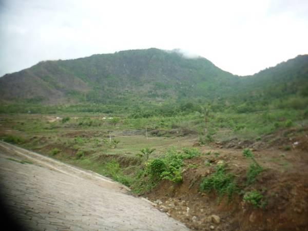 Một hồ chứa nước lớn đang được xây dưới chân Ngọa Long Sơn, vừa phục vụ sinh hoạt cho người dân, vừa phục vụ cho nông nghiệp, và cũng sẽ là một điểm du lịch sinh thái trong tương lai.