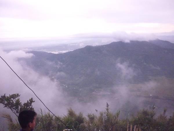 Những đám mây lúc nào cũng như ẩn như hiện. Điện Bồ Hong là đỉnh cao nhất của Thiên Cấm Sơn. Vồ Bồ Hong cũng là vồ cao nhất trong Năm Non. Trên vồ Bồ Hong, nhìn ra bốn phương, mây núi chập chờn, với những cánh đồng, núi non trùng điệp thấp thoáng dưới chân.