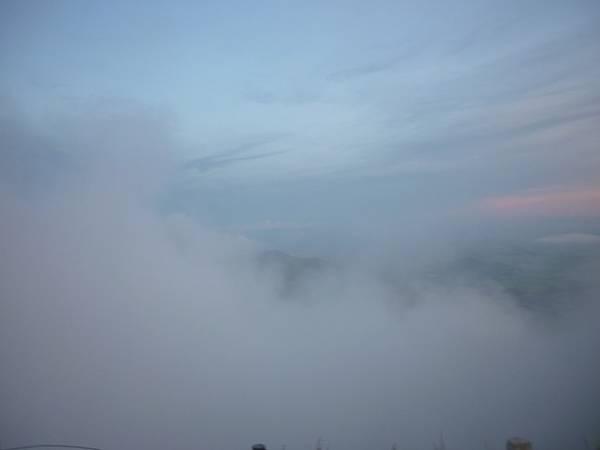 Sáng sớm, mây mù và sương rơi trắng xóa, tạo cho ta có cảm giác như là chốn bồng lai tiên cảnh. Điện Bồ Hong khi ánh bình minh chưa ló rạng có không khí rừng âm u, sương giăng mờ mịt. Từng đám sương mù cứ cuồn cuộn bay lên trên đỉnh núi.