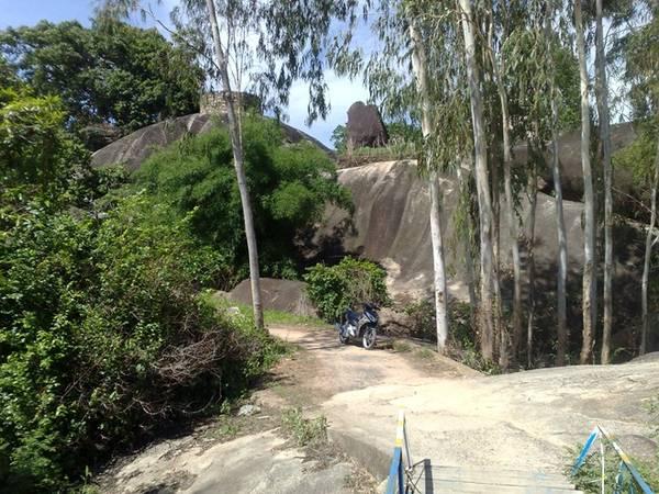 Chân núi nằm hoàn toàn dưới nước trong mùa lũ, nên tên núi được gọi là Thủy Đài Sơn.
