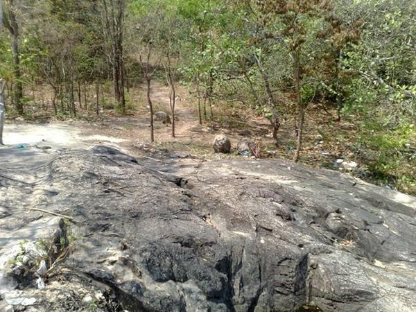 Đỉnh núi có một khoảng đất trống rất rộng, chừng hơn 1.000 m<sup>2</sup>. Một phiến đá nằm chiếm diện tích ngay chính giữa khoảng đất này.