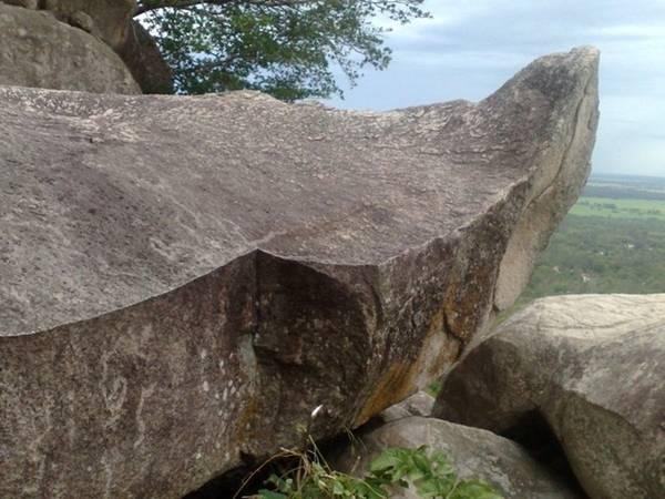 Anh Vũ Sơn (núi Ông Két): Núi Anh Vũ Sơn có độ cao là 225m, dài 1.100 m, nằm cách chợ Nhà Bàng khoảng chừng 2,5km, về phía huyện Tri Tôn. Đường lên đỉnh do người dân lên núi kiếm củi tạo thành. Đoạn này ngắn hơn đoạn vào cổng chính. Điều thú vị là đoạn này còn rất hoang sơ, ít người qua lại, khung cảnh rừng núi còn vẻ nguyên sinh, nên rất đẹp và thanh tịnh. Nhiều phiến đá tạo hình dáng tự nhiên rất đẹp. Một phiến đá có hình dạng như chiếc thuyền độc mộc trên lưng chừng núi.