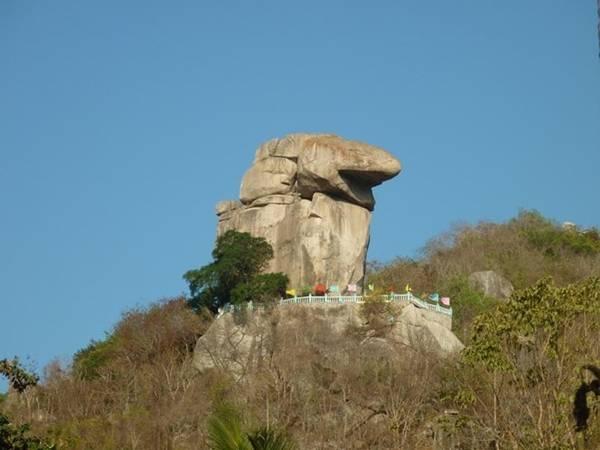 Lên gần đến đỉnh, khách lữ hành bao quát cả một vùng đồi núi phía xa xa và những thửa ruộng xanh mướt. Trên núi có một tảng đá có hình giống phần đầu của một ông Két, mặt hướng về Tây nên nơi đây được gọi là đỉnh ông Két. Và núi này cũng có tên gọi là Anh Vũ Sơn.