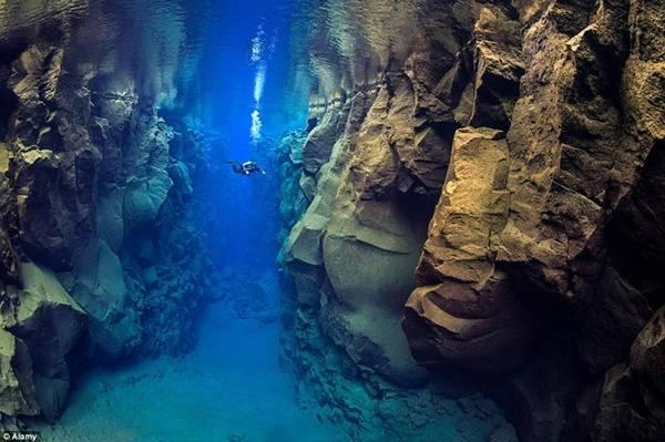 Silfra, Iceland: Đây là nơi duy nhất trên thế giới bạn có thể lặn giữa hai mảng lục địa.