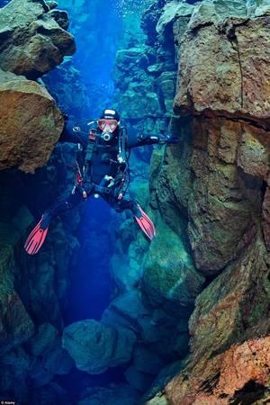 Nước ở đây trong tới mức du khách có tầm nhìn lên tới 100 m. Nhiệt độ nước duy trì ở khoảng 2-4 độ C suốt năm.