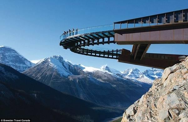Đường trên trời Glacier, Canada: Nếu sợ độ cao, bạn không nên tới đây. Đường trên trời Glacier nằm ở độ cao 280 m, với chi phí xây dựng lên tới 19 triệu USD, nhìn xuống thung lũng Sunwapta ở công viên quốc gia Jasper.
