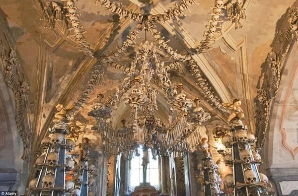 Hang hài cốt Sedlec, Cộng hòa Czech: Điểm tham quan lạnh gáy này hiện đang lưu giữ hài cốt của khoảng 40.000-70.000 người, phần lớn là nạn nhân của bệnh dịch năm 1318 và cuộc chiến Hussite vào thế kỷ 15.