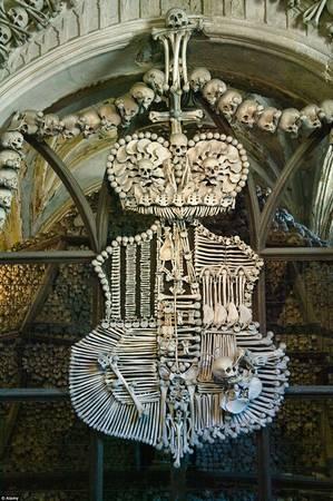 """Hài cốt được sắp xếp thành các cây cột, đèn trần và gia huy. Nơi này còn được gọi là """"Nhà thờ Xương Sọ""""."""