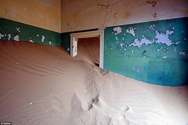 Kolmanskop, Namibia: Nơi đây từng là nhà của hàng trăm thợ đào kim cương người Đức đến tìm kiếm vận may ở sa mạc của Namibia. Gần 100 năm sau thời kỳ hoàng kim, giờ đây thị trấn này đã trở nên hoang vu.