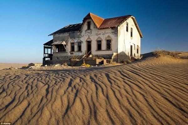 Du khách và các nhiếp ảnh gia đổ về đây để tham quan nơi từng là ốc đảo thiên đường của người Đức, giờ đang dần bị sa mạc nuốt chửng.