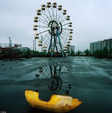Chernobyl, Ukraine: Trong những năm gần đây, lượng khách tới thăm khu vực từng chịu thảm họa hạt nhân này đã tăng lên đáng kể, với khoảng 10.000 lượt khách mỗi năm. Du khách phải trình giấy tờ ở nhiều trạm kiểm soát trên đường tới đây trên xe bus của công ty du lịch.