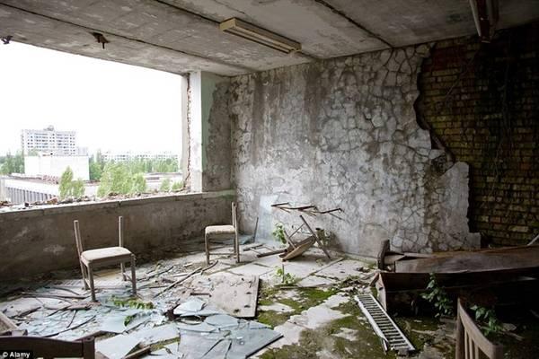Khi tới Chernobyl, du khách không được chạm vào bất cứ thứ gì, không được ăn hay uống những gì không đem từ ngoài vào, thậm chí còn không được ngồi bệt xuống đất.