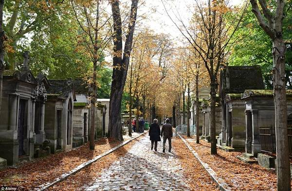 Nghĩa trang Père Lachaise, Paris, Pháp: Nghĩa trang có vẻ không phải làm một điểm tham quan phổ biến, nhưng Père Lachaise đã đón khá nhiều khách với hơn 70.000 ngôi mộ được trang trí lộng lẫy, trong đó có khu vực chôn cất giới thượng lưu và người nổi tiếng.