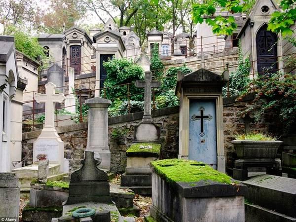 Du khách có thể tới thăm nơi an nghỉ của nhà văn Oscar Wilde, ngôi sao nhạc rock Jim Morrison, nhà soạn nhạc Chopin..., cùng nhiều nghệ sĩ nổi tiếng khác. Nghĩa trang mở cửa đón khách từ năm 1804 và cung cấp bản đồ cho du khách dễ dàng tìm đến những ngôi mộ nổi tiếng.