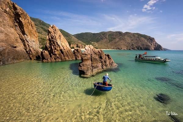 Màu cát trắng hòa cùng làn nước biển trong vắt và chia ra nhiều màu rõ rệt. Ảnh: Nguyễn Thị Vân.