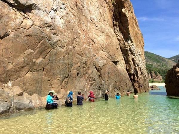 Lội xuống biển để khám phá những bí ẩn mới. Ảnh: Nguyễn Thị Thanh Tâm.