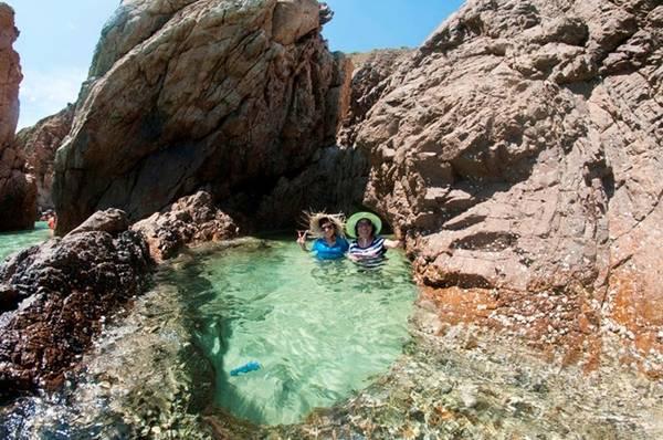Một hồ nước tự nhiên được tạo thành bởi những vách đá và sóng biển. Ảnh: Nhi Nguyễn.5