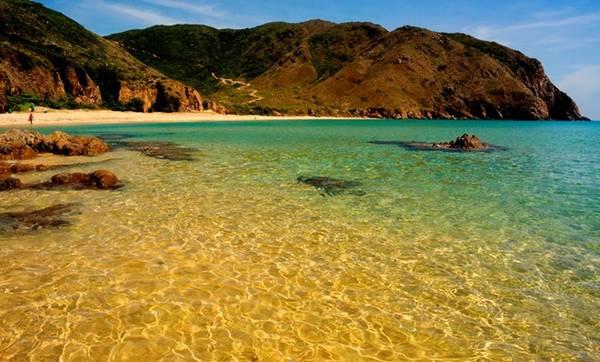 Màu nước, màu cát, màu trời giúp Kỳ Co đẹp như bức tranh thiên nhiên đầy màu sắc. Đây là một trong những bãi biển đẹp nhất CLB Nhiếp ảnh & Du lịch từng đặt chân đến. Ảnh: Nhi Nguyễn.
