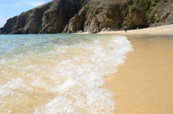 Bãi cát trắng, dài và mịn, những cơn sóng biển êm ái chính là điểm đến lý tưởng cho những bạn muốn được hòa mình vào làn nước trong xanh. Ảnh: Nhi Nguyễn.