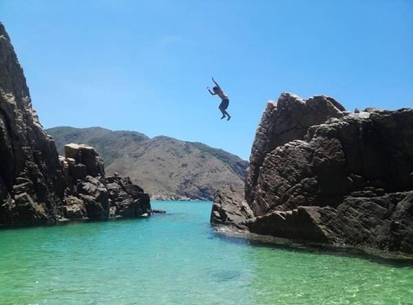 Ngoài tắm biển và đùa vui, chúng tôi còn có những trò chơi mạo hiểm khi leo lên ghềnh đá và nhảy xuống biển. Ảnh: Nguyễn Cẩm.