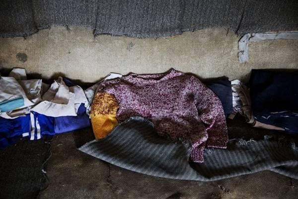 Quần áo trẻ em bị bỏ lại trên ghế sofa trong một ngôi nhà trống rỗng.