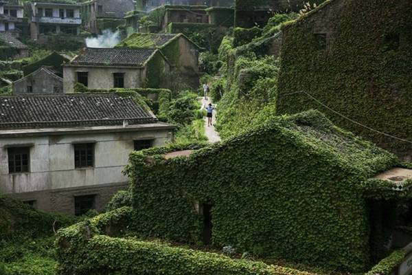 Rất khó để băng qua ngôi làng nên du khách phải men theo những con đường chật hẹp đầy cây và dây leo giữa các ngôi nhà.