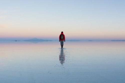 Salar de Uyuni là tên của cánh đồng muối lớn nhất thế giới nằm tại Bolivia. Đồng muối cạn này có diện tích 10582 km² và nằm gần dãy Andes.