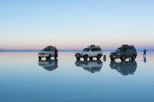 Không chỉ có khả năng phản chiếu, mặt nước ở đây còn yên ắng lạ kì khiến tấm gương khổng lồ này trông càng giống thật.