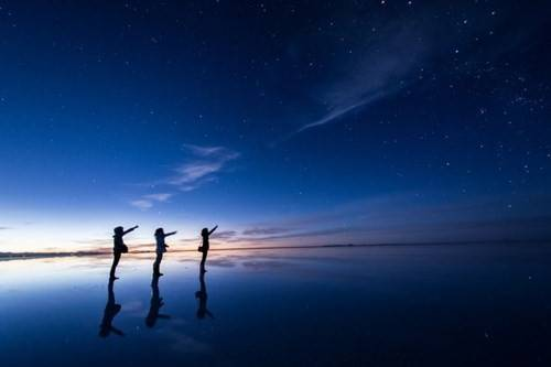 Những bức ảnh này được chụp lại bởi Hideki Mizuta (29 tuổi, đến từ Nhật Bản) và khiến người xem có cảm giác như những người trong ảnh đang đi trên mặt nước.