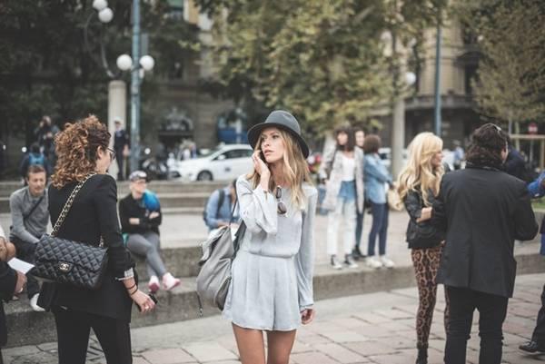 Danh tiếng lẫy lừng của Milan như kinh đô thời trang của thế giới thực sự đáng nể. Nơi đây có những tuần lễ thời trang thường niên, hàng nghìn trụ sở công ty chuyên ngành may mặc, từ Dolce & Gabbana cho đến Versace. Nhưng Milan không chỉ là thành phố của thời trang cao cấp, mà còn ghi điểm nhờ phong cách thời trang đường phố tinh tế, cá tính. Ảnh: Eugenio Marongiu.