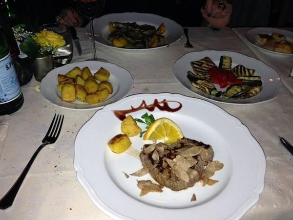 Du khách đừng quên đặt bàn ở Solferino, nhà hàng Milan cổ điển ở quận Brera. Món tủ của nhà hàng là osso bucco. Bạn nên để dành bụng để thưởng thức món bánh chocolate nấu chảy tráng miệng. Ảnh: Pelle P./Yelp.