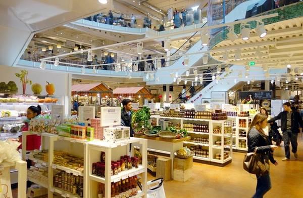 Những người có tâm hồn ăn uống nên ghé vào Milan's Eataly, một chi nhánh của thánh địa ẩm thực Italy vốn đã có mặt ở nhiều thành phố lớn trên thế giới, như New York và Chicago. Với diện tích 464 m2, Milan's Eataly hấp dẫn khách hàng bằng Alice, nhà hàng dành cho dân sành ăn, và tháp nước làm từ chocolate. Ảnh: ValeStock/Shutterstock.