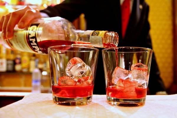 Bữa tối kiểu Milan chú trọng món khai vị. Với đồ uống trước bữa chính, bạn nên gọi một ly cốc-tai negroni, món khoái khẩu của dân địa phương, chế từ rượu gin và campari. Ảnh: Flickr/Franz Conde.