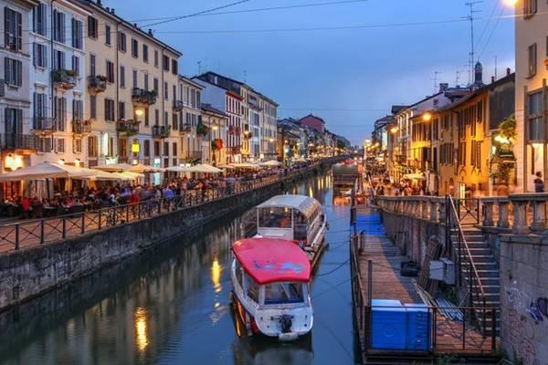 Để tận hưởng Milan về đêm, bạn nên dạo bước tới quận Navigli, nơi hội tụ dãy quán bar và nhà hàng dọc kênh đào cổ xưa của thành phố. Ảnh: Shutterstock.