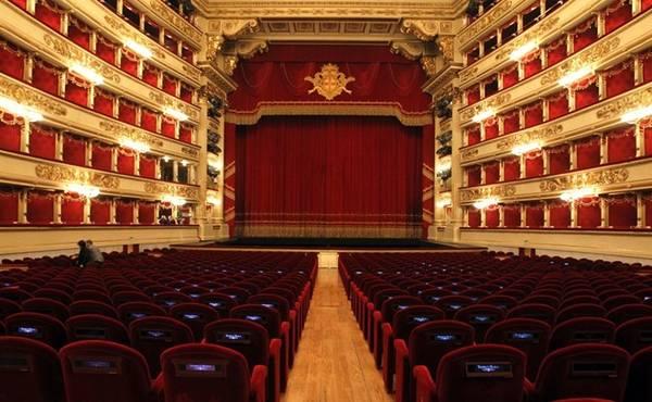 Hoặc bạn có thể mua vé xem chương trình ở La Scala, nhà hát opera nổi tiếng quốc tế. Từ năm 1778 tới nay, La Scala chỉ chấp nhận những nghệ sĩ hàng đầu tới đây biểu diễn. Ảnh: Reuters/Alessandro Garofalo.