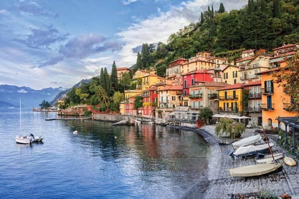 Nếu bạn muốn, bạn có thể dễ dàng làm một chuyến du ngoạn rời xa thành phố hoa lệ. Hãy tổ chức một buổi đi chơi tới mũi phía nam của hồ Como, chỉ mất một tiếng đồng hồ đi tàu từ Nhà ga Trung tâm Milan. Đến đó, bạn sẽ lên phà và khám phá những thị trấn và villa nhỏ xinh rải rác quanh hồ nước yên ả. Ảnh: Flickr/Boris Stroujko.