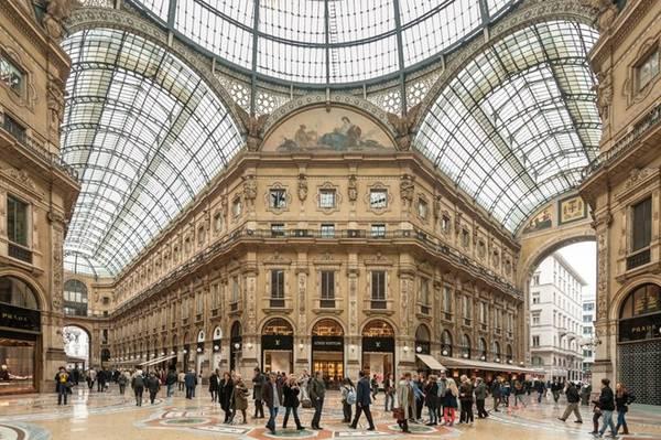 Thế giới thời trang bán lẻ tuyệt vời này còn kéo dài ra tới tận gần Galleria Vittorio Emanuele II, một trong những khu trung tâm mua sắm cổ xưa nhất thế giới. Bạn cũng không nên bỏ qua cơ hội chiêm ngưỡng kiến trúc đặc sắc nơi đây. Ảnh: WorldWide/Shutterstock.