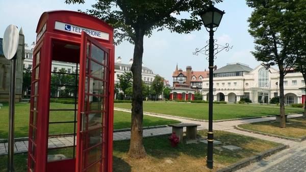 Thị trấn Thames, Trung Quốc: Trong dự án nhà ở năm 2001, Trung Quốc đã cho xây dựng những thị trấn theo phong cách châu Âu. Trong đó, thị trấn Thames mô phỏng nước Anh, với một nhà thờ, các quán rượu, buồng điện thoại màu đỏ và các con phố rải sỏi.