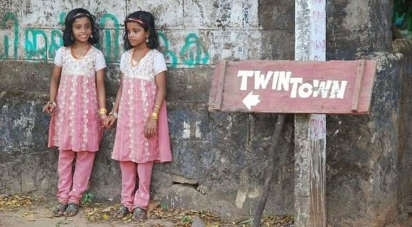 Thị trấn sinh đôi Kodinhi, Ấn Độ: Ấn Độ là một trong những quốc gia có tỉ lệ sinh đôi thấp nhất thế giới, do đó làng Kodinhi với 220 cặp sinh đôi trên 2.000 gia đình trở thành một trường hợp hiếm có. Nguyên nhân đến nay vẫn chưa được làm rõ.