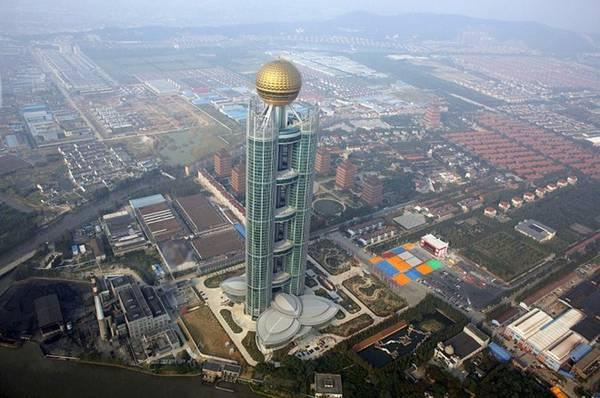 """Huaxi, """"Ngôi làng giàu nhất Trung Quốc"""": Với chiều cao 329 m, Zengdi Kongzhong New Village là tòa nhà cao thứ 59 thế giới, nằm ở làng Huaxi, phía đông thành phố Giang Âm. Đây được mệnh danh là """"ngôi làng giàu nhất Trung Quốc"""", với nguồn thu chủ yếu từ khai thác sắt và công nghiệp dệt. Tất cả người dân ở đây đều được hưởng chăm sóc y tế miễn phí, người trưởng thành được nhận xe hơi, nhà cửa và cổ phần."""