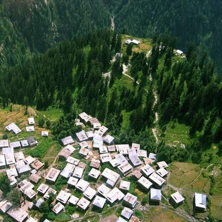 <strong>Malana, Ấn Độ:</strong> Ngôi làng Malana nằm trên dãy núi Himachal Pradesh tách biệt với thế giới bên ngoài suốt nhiều thế kỷ. Không có luật lệ, hội đồng hay cảnh sát, 1.500 dân làng sống hòa hợp. Bắt đầu đón khách du lịch từ năm 2009, ngôi làng đã đề ra các luật lệ nghiêm khắc cho du khách. Để tránh làm thần Jamlu bảo vệ làng tức giận, du khách không được chạm vào tường nhà hay thức ăn của họ. Dân làng sống nhờ chăn dê và cừu, ngoài ra còn nổi tiếng với thuốc lá chất lượng cao Malana Cream.