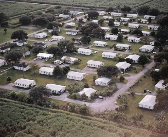 Làng Miracle, Florida, Mỹ: Các cư dân của thị trấn nhỏ nằm ở ngoại ô Pahokee có có chung một đặc điểm - là những người từng phạm tội tình dục. Theo luật của bang Florida, tội phạm tình dục không được phép tới gần vị thành niên hay nơi nhiều trẻ em trong vòng 300 m (như trường học, công viên, trạm dừng xe bus). Điều đó khiến họ khó tìm được nhà. Năm 2009, một cha xứ đã lập ra cộng đồng này để giúp họ có nơi sinh sống. Nơi này có các luật lệ nghiêm khắc và không tiếp nhận những người có tiền sử bạo lực, nghiện ma túy hay phạm tội ấu dâm.